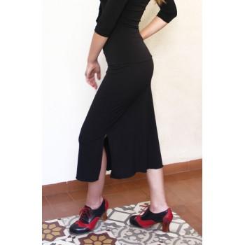 Falda corta negra con fajín.
